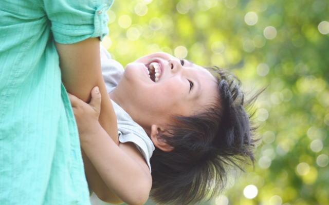 シングルマザーの笑顔イメージ画像